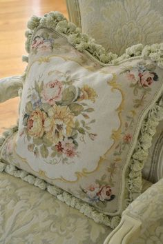Elegance in natural tones Cottage Shabby Chic, Rose Cottage, French Chic, French Decor, French Country, Rideaux Shabby Chic, Needlepoint Pillows, Linens And Lace, Le Far West