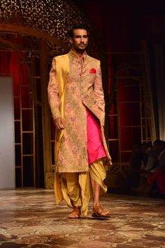 Delhi-based menswear designer Raghavendra Rathore at Indian Bridal Fashion Week 2014 Mens Indian Wear, Mens Ethnic Wear, Indian Groom Wear, Indian Man, Indian Wedding Fashion, Indian Men Fashion, Bridal Fashion Week, Men's Fashion, Sherwani