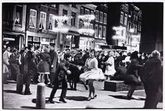 Annual carnaval at the Nieuwmarkt in Amsterdam. Photo: Ed van der Elsken. Amsterdam Jordaan, Amsterdam Cafe, Amsterdam Holland, Awsome Pictures, Pictures To Draw, Old Pictures, Utrecht, Photo Ed, Jazz
