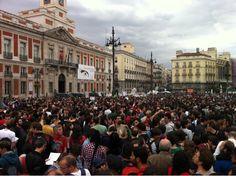 """Fecha: 18/5/11. Hora: 19.43. Tuit original: """"En la plaza, al menos 8 furgones de     Policía. Más en aledaños. """"No nos representan"""" #nonosvamos #acampadasol""""."""