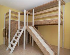 Dubbele hoogslaper steigerhout met glijbaan en speelhuisje / winkeltje ...