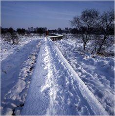 Winteropname Nationaal park De groote Peel : lange houten brug Auteur: Bijvank, G.J. (fotograaf) - 1973 - 1982