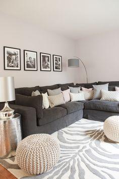 Klassische Nuancen in Schwarz, Grau und Weiß dominieren den Raum. Dezente Farbtupfer in zarten Pastelltönen, wie Kissen in pudrigem Rosé, sorgen für ein wärmeres Ambiente.Deko-Elemente aus glänzendem Metall werten die Relaxecke auf. Ideales Beispiel: Beistelltisch und Lampe in frischem Silber passen sich der Farbfamilie an, geben aber trotzdem einen glamourösen Touch mit…
