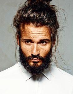 De man bun, you love it or you hate it. Het is de rommelige knot voor mannen met lang haar. Mannen besteden steeds meer aandacht aan hun uiterlijk, dus ook aan hun haar. Lees nu meer -->