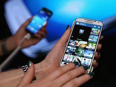 Uma pesquisa mundial realizada pela consultoria Nielsen diz que 84% dos brasileiros têm celular, dos quais 36% são smartphones. Outros dados: enquanto 43% dos homens são usuários, apenas 27% das mulheres possuem smartphones, e a faixa etária predominante é de 16 a 24 anos, com índice de 41%. Leia mais na Exame, por Gabriela Ruic.