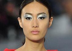 Magische Blicke im Metallic-Look... Diese Produkte braucht Ihr für das Schimmer Make-up wie bei Chanel!