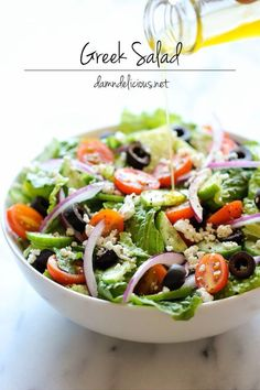 Salad Greek Salad - This healthy Greek salad is absolutely amazing when tossed in a light and refreshing lemon vinaigrette!Greek Salad - This healthy Greek salad is absolutely amazing when tossed in a light and refreshing lemon vinaigrette! Easy Greek Salad Recipe, Greek Salad Recipes, Vegetarian Recipes, Cooking Recipes, Healthy Recipes, Delicious Recipes, Tasty, Healthy Salads, Healthy Eating