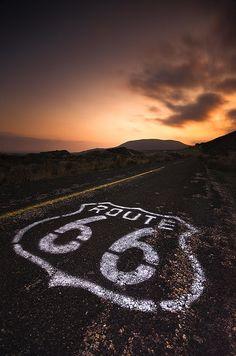 SUR LA ROUTE – Jack Kerouac ■ « Nothing behind me, everything ahead of me, as is ever so on the road [...] Rien derrière et tout devant, comme toujours sur la route »
