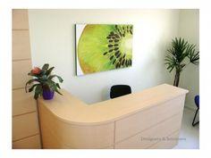 Consultório de Nutrição. Modern Reception Desk, Reception Design, Flower Shop Interiors, Medical Office Design, Clinic Design, Spa Rooms, Health Shop, Office Interiors, Room Inspiration