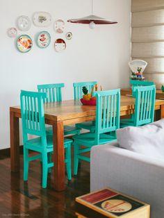 Móveis rústicos, achados vintage e uma coleção de pratos de parede nessa sala de jantar.