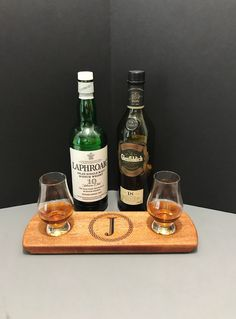 Monogrammed 2 Glencairn Glass Serving Tray Set - Solid Mahogany - Whisky Whiskey Bourbon Scotch Flight - Whisky Lover Gift - Gift for Him Whisky Tasting, Wine Tasting, Bourbon Whiskey, Scotch Whisky, Scottish Gifts, Tasting Table, Food Grade, Cut Glass, Gift For Lover