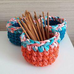 Cestinhos coloridos pra enfeitar nosso dia ❤❤ #crochê #crochet #croche #fiodemalha #cesto #cestodefiodemalha #crochetlover #crochetbasket #tshirtyarn #tshirtyarnbasket #trapillo #trapilho #malhamaniacas #crochetaddicts #coresdamoana #moana