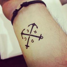 Des lettre tatouer a l'encre de chine, tatouer sur le bout du bras