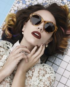 Love the sunglasses, and those dark lips! -- The 'Elke Kramer x Colab' Sunglasses Collection is Chic Dior Sunglasses, Ray Ban Sunglasses, Sunnies, Round Sunglasses, Sunglasses Outlet, Estilo Tropical, Shady Lady, Fashion Designer, Foto Pose