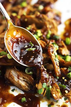 Slow Cooker Honey Garlic Chicken - easy, slow cooked juicy chicken smothered in a sweet and spicy Asian garlic sauce that'll have you licking your fingers!