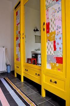 Pintando um velho guarda roupa de amarelo e colando retalhos - patchwork ! Gamei !