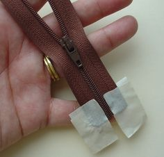 Glass Beach: Tutorial: How to re-thread a zipper pull Sewing Hacks, Sewing Tutorials, Sewing Patterns, Sewing Tips, Sewing Ideas, Fabric Crafts, Sewing Crafts, Sewing Projects, Zipper Crafts