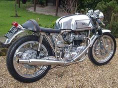 Awesome Triton (Triumph/Norton hybrid). Would love a bike like this to rip around the Pacific Northwest on.