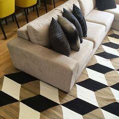@vivendoarqui | Ainda sobre a produção! Sobre adorar ângulos diferentes! Tapete ByKamy #bykamy #rugs #rug #loved #geometric #designer #design #architecture #decor #instadecor #instalife #vivendoarquitetura #loved