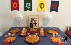 Mesa de merienda decoradaa con la temática de Harry Potter Harry Potter Fiesta, Cumpleaños Harry Potter, Ideas Para Fiestas, Ideas Fáciles, Party, Elsa, Origami, Cookie Cutters, Girls Toys