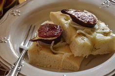 Focaccia de cebolla dulce y brevas asadas.   Cuchillito y Tenedor