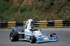 Nel 1976 la Ligier se ne uscì con una macchina che sembrava portasse dietro i segni di qualche eccesso culinario di troppo durante la vacanze di Natale. Se la presa d'aria a forma di cappello dei puffi fosse stata un pelo più alta, avrebbe fatto fatica a passare nel tunnel di Monaco