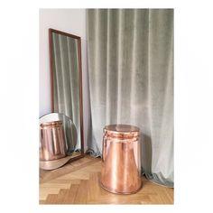 Gotain sammetsgardiner i färgen Military Grey i stylingprojekt med inredaren Claes Dalén. Gardinen är skräddarsydd med 5cm släp.