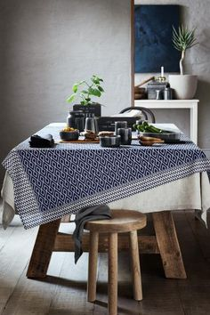 Patterned tablecloth: CONSCIOUS. Tablecloth in an organic cotton weave with a pattern on the front.