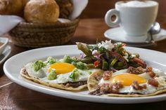 El menú contiene clásicos como los huevos divorciados; pero además de los dos huevos sobre tortilla frita, uno acompañado de salsa verde cruda con aguacate y el otro con una salsa roja tatemada, también traen cecina, nopales y frijoles