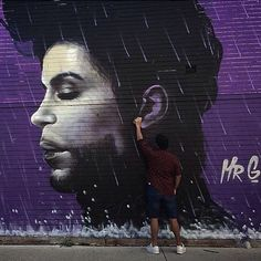 澳洲藝術家 Mr. G 以創作向已逝傳奇音樂人Prince 致敬 - Purple Rain  Tribute to the great pop artist PRINCE Rest in peace. Purple rain - Mural painted by @mrghoete.art  #powwowtaiwan #art #mural #streetart #街頭藝術 #壁畫 #藝術 #ripprince #prince #rip by powwowtaiwan