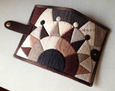 纽约之星—钱包~ Japanese Patchwork, Patchwork Bags, Small Sewing Projects, Wallet Pattern, Mini Quilts, Mug Rugs, Applique Quilts, Diy And Crafts, Textiles
