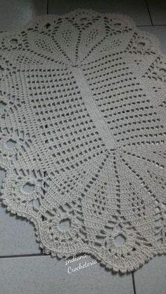 Tapete de crochê oval tecido com barbante.  Super lindo para decorar seu lar com um toque rústico.  Medidas :88cm de comprimento.  59 cm de largura