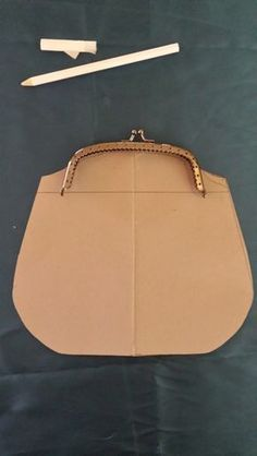 Learn more about how Sewing Leather Bags from from the beginning until end of the process - Discover tips and tricks to make a quality leather bag. Diy Coin Purse, Coin Purse Pattern, Frame Purse, Embroidery Bags, Bag Patterns To Sew, Sewing Patterns, Beaded Bags, Fabric Bags, Cloth Bags