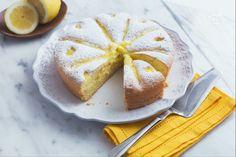 La torta con crema al limone è un dolce soffice a cui in cottura viene aggiunta la crema, perfetto per la colazione o la merenda di grandi e piccini!