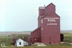 The Changing Face of the Saskatchewan Prairie University of Saskatchewan Archives - Cardross - Photo: Hans S. University Of Saskatchewan, Saskatchewan Canada, Cool Countries, Countries Of The World, Railroad Industry, Canadian Prairies, Grain Silo, Storage Buildings, North Country