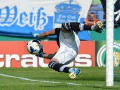 Jan Zimmermann hält den ersten Elfmeter. Der SV Darmstadt 98 setzte sich in der ersten Runde des DFB-Pokals gegen den Bundesligisten Borussia Mönchengladbach im Elfmeterschießen durch. (Foto: Roland Holschneider/dpa)