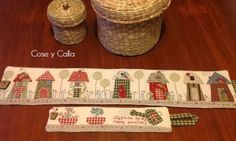Cose and calla . The smallest of the three ! Skinny Quilts, Sewing Projects, Craft Projects, Decoupage, Fabric Houses, Applique Quilts, Hand Quilting, Felt Christmas, Fabric Scraps