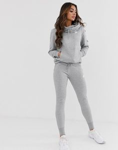 Shop Nike Club grey skinny joggers at ASOS. Skinny Sweatpants Outfit, Grey Nike Sweatpants, Girls Joggers, Joggers Outfit, Joggers Womens, Women's Casual Looks, Asos, Sporty Outfits, Outfits