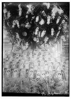 Christmas, Show Window [between ca. 1910 and ca. 1915]