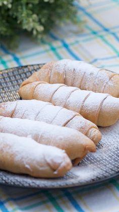 Resep dengan petunjuk video: Jajanan yang sangat populer ini berasal dari Bandung, Indonesia. Diberi nama pisang molen karena bentuknya seperti truk molen. Rasa pisang yang manis dibalut kulit adonan yang digoreng renyah, sangat nikmat bila disantap selagi hangat. Bahan: 1 sisir pisang uli, 250 gr tepung terigu, 65 gr gula halus, 1 sdt garam, 1/2 sdt baking powder, 1 butir telur, 1/2 sdt vanili, 1 sdm margarin, Air es Snack Recipes, Cooking Recipes, Snacks, Easy Recipes, Indonesian Food Traditional, Fry S, Asian Desserts, Fritters, Hot Dog Buns