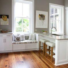 rangement sous fenêtre qui fait une continuité avec les meubles de cuisine.