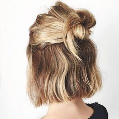 Carré court : Réalisez un demi bun, la coiffure boho-chic par excellence Girly Hairstyles, Easy Hairstyles, Bob Hairstyles How To Style, Amazing Hairstyles, Hairstyles Videos, Style Hairstyle, School Hairstyles, Winter Hairstyles, Elegant Hairstyles