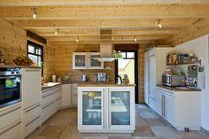 Holzhaus am Bächle von Fullwood aus Massivholz Kitchen Island, Kitchen Cabinets, Sweet Home, Interior, Logs, Home Decor, Kitchens, Houses, Log House Kitchen