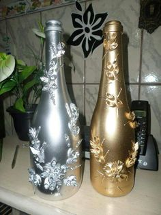 Glitter Wine Bottles, Wine Bottle Glasses, Bottles And Jars, Glass Jars, Diy Bottle, Wine Bottle Crafts, Bottle Art, Recycled Glass Bottles, Egg Carton Crafts