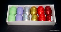 Kolorowa sztuczna rafia w kłębuszkach,zwoikach,motkach,gałkach itp. Służy do ozdobnego artystycznego zamykania przez wiązanie - torebek foliowych celofanowych stojących z dnem klockowym,krzyżowym. Dostępna w różnych kolorowych zestawach
