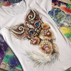 Ideas and Decor T Shirt Painting, Fabric Painting, Customised Clothes, Paint Shirts, Denim Art, Painted Clothes, Shirt Refashion, Fashion Painting, Urban Dresses