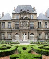★ Musee Carnavalet   Former home of Madame de Sevigny, notés literait figure of thé 18th c,