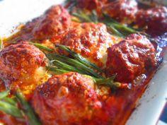 Gotowe przepisy: Pieczone klopsy z fetą w sosie pomidorowym