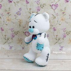 Patrón de ganchillo de oso amigurumi diseñado por Amigurumi Today Teddy Bear Patterns Free, Teddy Bear Sewing Pattern, Crochet Teddy Bear Pattern, Crochet Amigurumi Free Patterns, Crochet Dolls, Crochet Cats, Crochet Appliques, Crochet Birds, Knitted Dolls