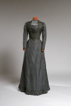 Day dress, 1889 From the Agnes Etherington Art Centre at Queen's University 1880s Fashion, Edwardian Fashion, Vintage Fashion, French Fashion, Antique Clothing, Historical Clothing, Historical Dress, Historical Costume, Vintage Dresses
